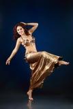 ελκυστικό πορτοκάλι ανατολικών κοριτσιών φορεμάτων χορών χορευτών χορού κοιλιών Στοκ εικόνες με δικαίωμα ελεύθερης χρήσης