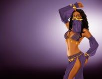 ελκυστικό πορτοκάλι ανατολικών κοριτσιών φορεμάτων χορών χορευτών χορού κοιλιών Στοκ εικόνα με δικαίωμα ελεύθερης χρήσης