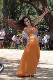 ελκυστικό πορτοκάλι ανατολικών κοριτσιών φορεμάτων χορών χορευτών χορού κοιλιών Στοκ φωτογραφία με δικαίωμα ελεύθερης χρήσης