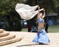 ελκυστικό πορτοκάλι ανατολικών κοριτσιών φορεμάτων χορών χορευτών χορού κοιλιών Στοκ Εικόνες