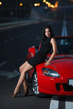 Ελκυστικό πορτρέτο γυναικών ομορφιάς προκλητικό με το αυτοκίνητο στοκ εικόνες