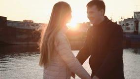 Ελκυστικό ρομαντικό ζεύγος που εξετάζει τις βάρκες στο λιμάνι στο θαλάσσιο λιμένα, που περπατά και που απολαμβάνει το όμορφο ηλιο φιλμ μικρού μήκους