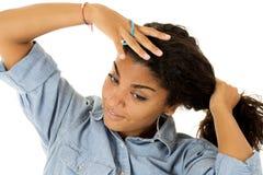 Ελκυστικό σκοτάδι - το κορίτσι εφήβων που τραβά την τρίχα στο ponytail Στοκ φωτογραφία με δικαίωμα ελεύθερης χρήσης