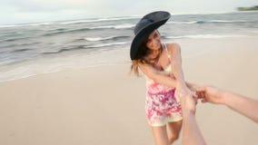 Ελκυστικό υγιές ζεύγος που έχει τη διασκέδαση που είναι μαζί τρέχοντας στην παραλία φιλμ μικρού μήκους