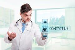 Ελκυστικό χέρι γιατρών που λειτουργεί με τα σύγχρονα εικονίδια Στοκ Φωτογραφίες