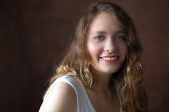 Ελκυστικό χαμογελώντας κορίτσι brunette σε καφετή Στοκ εικόνες με δικαίωμα ελεύθερης χρήσης