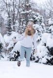 Ελκυστικό χαμογελώντας νέο ξανθό κορίτσι που περπατά στη χειμερινή δασική όμορφη γυναίκα στο wintertime υπαίθριο Φθορά των χειμερ Στοκ φωτογραφίες με δικαίωμα ελεύθερης χρήσης