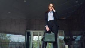Ελκυστικό χαμόγελο επιχειρηματιών, στέκεται στην κορυφή των σκαλοπατιών απόθεμα βίντεο