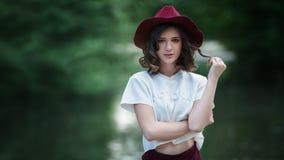 Ελκυστικό όμορφο πορτρέτο γυναικών στο πάρκο μια ηλιόλουστη ημέρα Όμορφο ευτυχές κορίτσι που απολαμβάνει τη φύση Στοκ Φωτογραφία