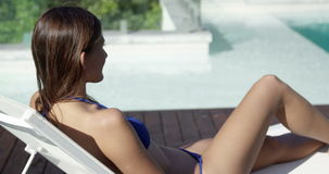 Ελκυστικό brunette που βρίσκεται στην καρέκλα γεφυρών απόθεμα βίντεο