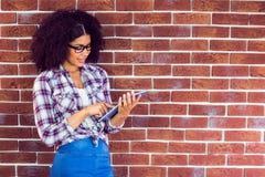Ελκυστικό hipster που κλίνει στον τοίχο και που χρησιμοποιεί την ταμπλέτα Στοκ Εικόνα