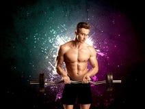 Ελκυστικό musculous βάρος ανύψωσης τύπων Στοκ Φωτογραφίες