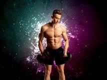 Ελκυστικό musculous βάρος ανύψωσης τύπων Στοκ Εικόνα