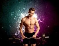 Ελκυστικό musculous βάρος ανύψωσης τύπων Στοκ φωτογραφία με δικαίωμα ελεύθερης χρήσης