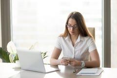 Ελκυστικό smartphone εκμετάλλευσης επιχειρηματιών, texting μήνυμα, εμείς Στοκ Εικόνες