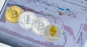 Ε-νομίσματα στον υπολογιστή ταμπλετών με τα διαγράμματα στην οθόνη Στοκ φωτογραφία με δικαίωμα ελεύθερης χρήσης
