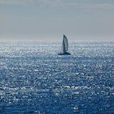 δεδομένου ότι η ανασκόπηση είναι μπλε οι βάρκες βαρκών μπορούν να κτυπήσουν σκοτεινό κ στοκ εικόνα με δικαίωμα ελεύθερης χρήσης
