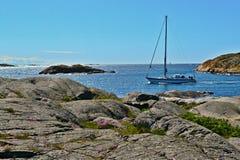 δεδομένου ότι η ανασκόπηση είναι μπλε οι βάρκες βαρκών μπορούν να κτυπήσουν σκοτεινό κ Στοκ φωτογραφίες με δικαίωμα ελεύθερης χρήσης