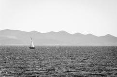 δεδομένου ότι η ανασκόπηση είναι μπλε οι βάρκες βαρκών μπορούν να κτυπήσουν σκοτεινό κ Στοκ Εικόνες