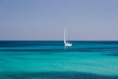 δεδομένου ότι η ανασκόπηση είναι μπλε οι βάρκες βαρκών μπορούν να κτυπήσουν σκοτεινό κ στοκ φωτογραφία