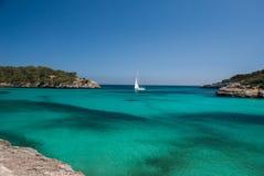 δεδομένου ότι η ανασκόπηση είναι μπλε οι βάρκες βαρκών μπορούν να κτυπήσουν σκοτεινό κ στοκ φωτογραφία με δικαίωμα ελεύθερης χρήσης