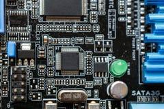 δεδομένου ότι το χαρτόνι ανασκόπησης μπορεί να βραχυκυκλώσει τη χρήση Τεχνολογία υλικού ηλεκτρονικών υπολογιστών Ψηφιακό τσιπ μητ Στοκ εικόνα με δικαίωμα ελεύθερης χρήσης