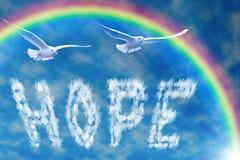 Ελπίδα λέξης στον ουρανό, κάτω από το ουράνιο τόξο Στοκ εικόνα με δικαίωμα ελεύθερης χρήσης