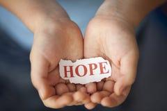 Ελπίδα στα χέρια του παιδιού στοκ φωτογραφία