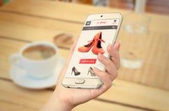 Ε που ψωνίζει με το έξυπνο τηλέφωνο στο χέρι γυναικών Στοκ Εικόνες