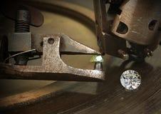 Εδροτόμηση πολύτιμων λίθων του διαμαντιού, μεγάλος πολύτιμος λίθος με τον τέμνοντα εξοπλισμό κοσμημάτων κόσμημα Στοκ φωτογραφία με δικαίωμα ελεύθερης χρήσης