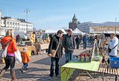 Ελσίνκι Φινλανδία Άνθρωποι στο τετράγωνο αγοράς στοκ εικόνες