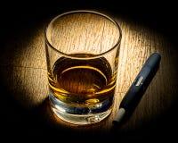 Ε-τσιγάρο και γυαλί του alkohole Στοκ Φωτογραφία