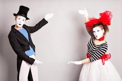 εδώ κείμενό σας Ζωηρόχρωμο πορτρέτο στούντιο των mimes με το γκρίζο υπόβαθρο ενάντια στον μπλε ήλιο καπέλων ανόητων ημερολογιακής Στοκ φωτογραφία με δικαίωμα ελεύθερης χρήσης