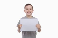 εδώ κείμενό σας Χαμογελώντας αγόρι που κρατά τον κενό κενό πίνακα συγκινήσεις Στοκ Εικόνα