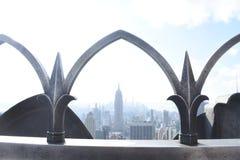 Εmpire State Building που πλαισιώνεται από το γοτθικό κιγκλίδωμα Στοκ φωτογραφία με δικαίωμα ελεύθερης χρήσης
