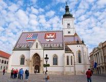 Ζάγκρεμπ, Κροατία - τον Οκτώβριο του 2017: Τουρίστες που επισκέπτονται την εκκλησία του ST Mark ` s στο παλαιό Ζάγκρεμπ, Κροατία Στοκ φωτογραφία με δικαίωμα ελεύθερης χρήσης