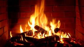 Ζάλη ικανοποιώντας τη στενή επάνω άποψη σχετικά με το ξύλινο κάψιμο αργά με την πορτοκαλιά φλόγα πυρκαγιάς στην άνετη ατμόσφαιρα  απόθεμα βίντεο