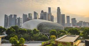 Ζάλη και εντυπωσιακή εικονική παράσταση πόλης στο ηλιοβασίλεμα με τον κεντρικούς ορίζοντα εμπορικών κέντρων της Σιγκαπούρης CBD κ στοκ εικόνες