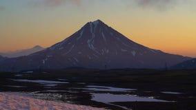 Ζάλη του ηφαιστειακού τοπίου πρωινού της χερσονήσου Καμτσάτκα στην ανατολή απόθεμα βίντεο