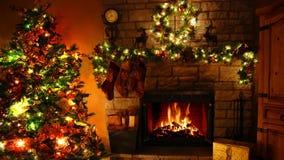 Ζάλη 4k που βλασταίνεται του καίγοντας βρόχου εστιών φλογών καυσόξυλου στο άνετο εορταστικό δωμάτιο Noel διακοσμήσεων έτους χριστ απόθεμα βίντεο