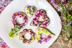 Ζάχαρη Ñ  ookies με τα φρέσκα λουλούδια Στοκ εικόνες με δικαίωμα ελεύθερης χρήσης