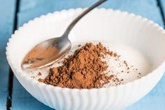Ζάχαρη κρυστάλλου με τη σκόνη κακάου με το κουτάλι στο κύπελλο Στοκ Εικόνα