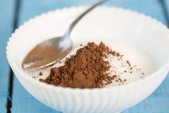 Ζάχαρη κρυστάλλου με τη σκόνη κακάου με το κουτάλι στο κύπελλο Στοκ φωτογραφία με δικαίωμα ελεύθερης χρήσης