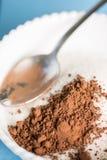 Ζάχαρη κρυστάλλου με τη σκόνη κακάου με το κουτάλι στο κύπελλο Στοκ Φωτογραφίες