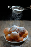 Ζάχαρη με το διηθητήρα πέρα από τα donuts στοκ εικόνες με δικαίωμα ελεύθερης χρήσης