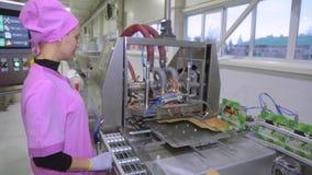 Ζάχαρη στα πακέτα στο μεταφορέα στο εργοστάσιο φιλμ μικρού μήκους