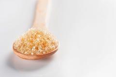 Ζάχαρη στο άσπρο υπόβαθρο κουταλιών στοκ φωτογραφία με δικαίωμα ελεύθερης χρήσης