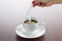 ζάχαρη στο φλυτζάνι του τσαγιού στοκ εικόνες