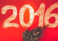 Ζάχαρη υπό μορφή αριθμών 2016 με το φρέσκο κλάδο των Χριστουγέννων Στοκ Φωτογραφίες