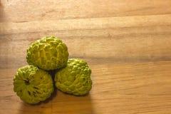 Ζάχαρη Apple & x28 μήλο κρέμας, Annona, sweetsop& x29  στο ξύλο Στοκ φωτογραφίες με δικαίωμα ελεύθερης χρήσης